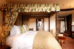 The-Lygon-Arms–Cromwell-room-bed.jpg