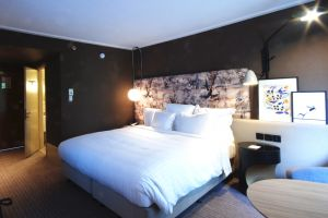 marriott-regents-park-bedroom-bed.jpg