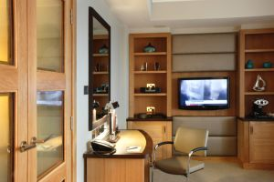 Hilton – Park Lane Doors desk tv.jpg